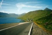 Langs-het-Sjkálafjordur-in-de-verte-het-plaatsje-Skipanes
